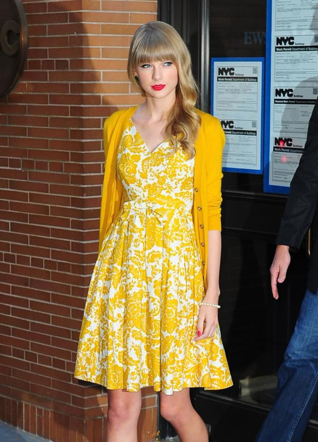 aa30604e6e4 Taylor Swift in a printed dress and cardigan