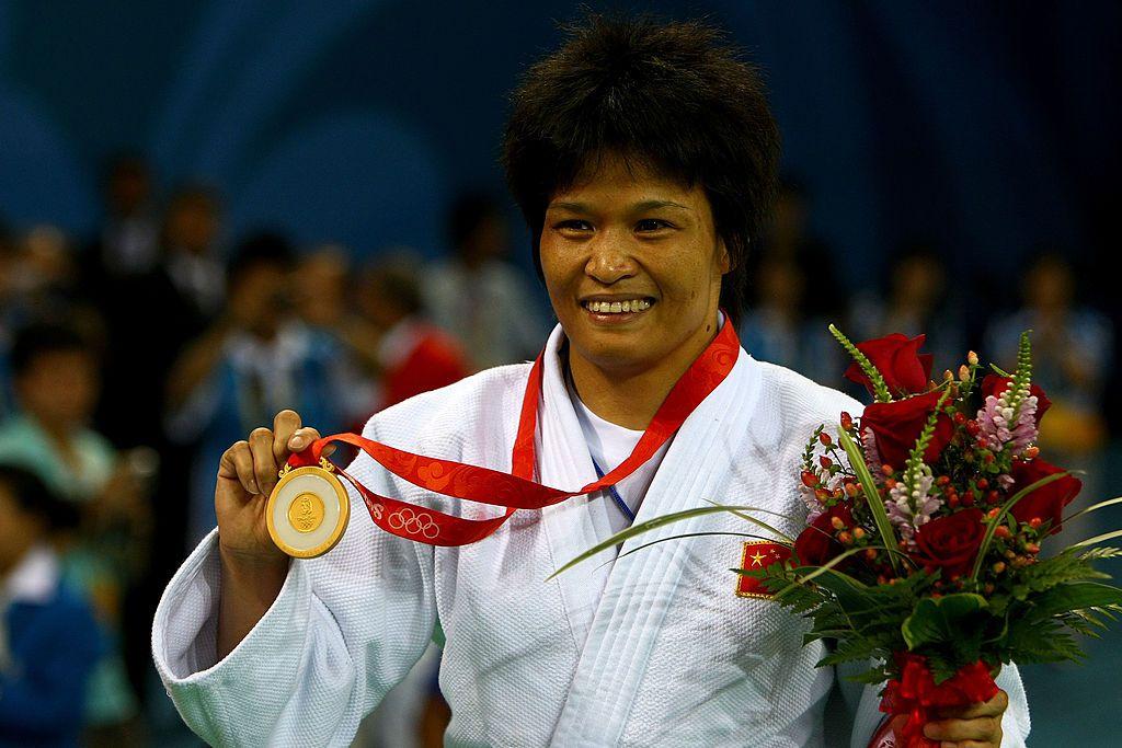 Xian Dongmei accepting gold medal