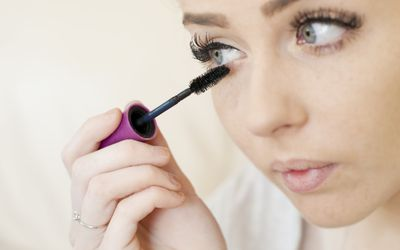 Drooping Eyelids: How to Conceal Them With Makeup
