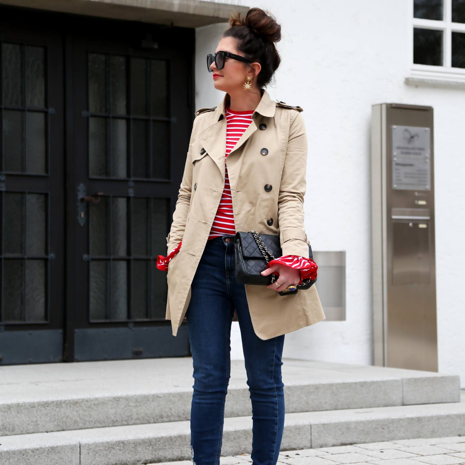 Woman in trench coat and skinny jeans