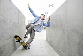 Skateboarder Fall