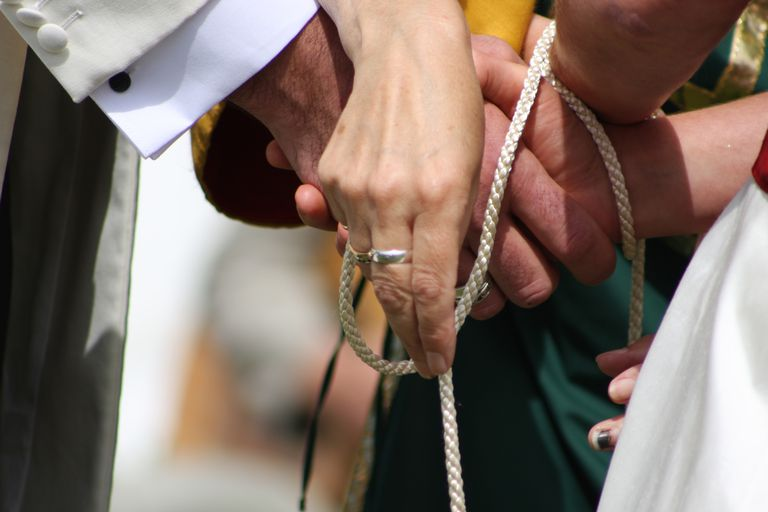 Atadura de manos celta - una tradicion de matrimonio que simboliza unión.