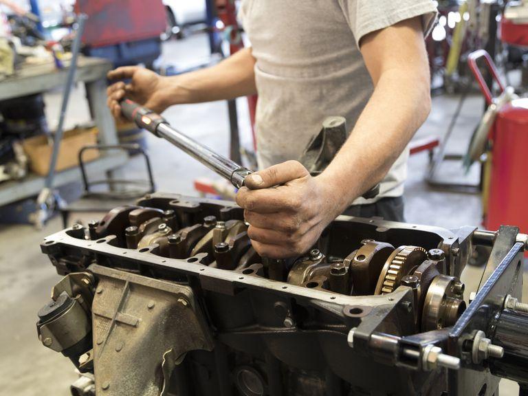 using a torque wrench to tighten crankshaft main bearings