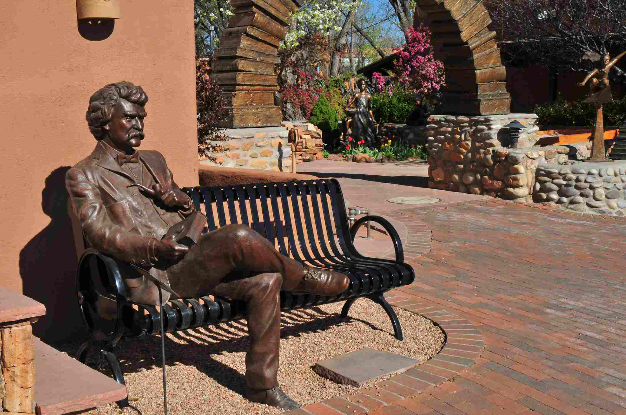 Statue of Mark Twain sitting on a bench