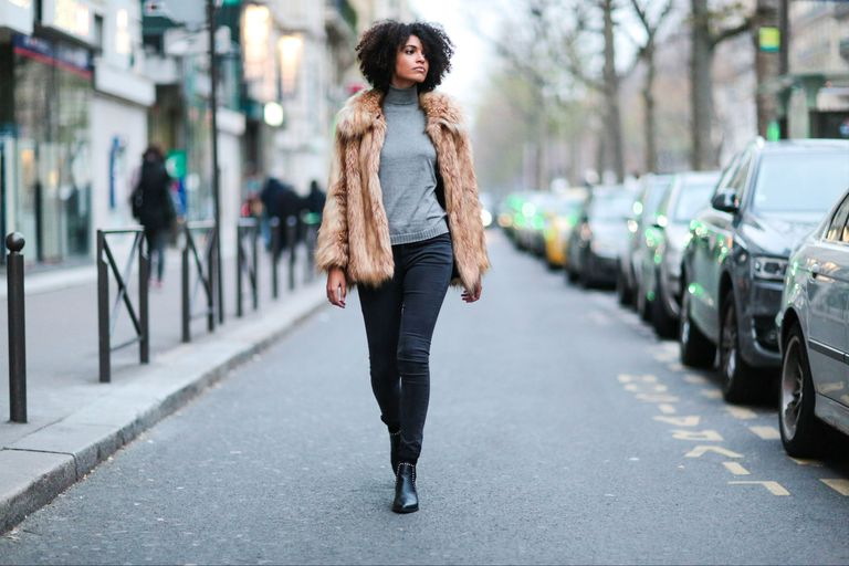 Street style in skinny jeans and fur jacket