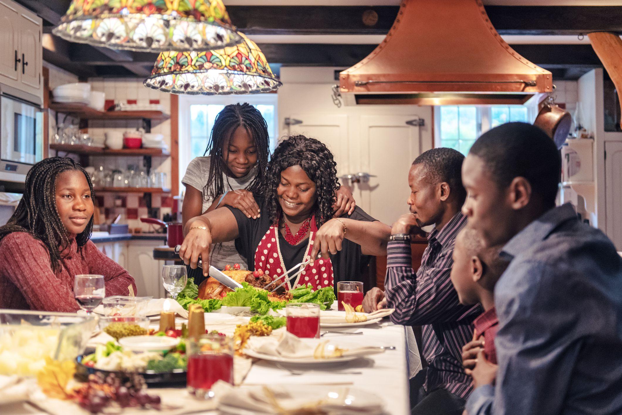 family eating thanksgiving dinner - HD2121×1414