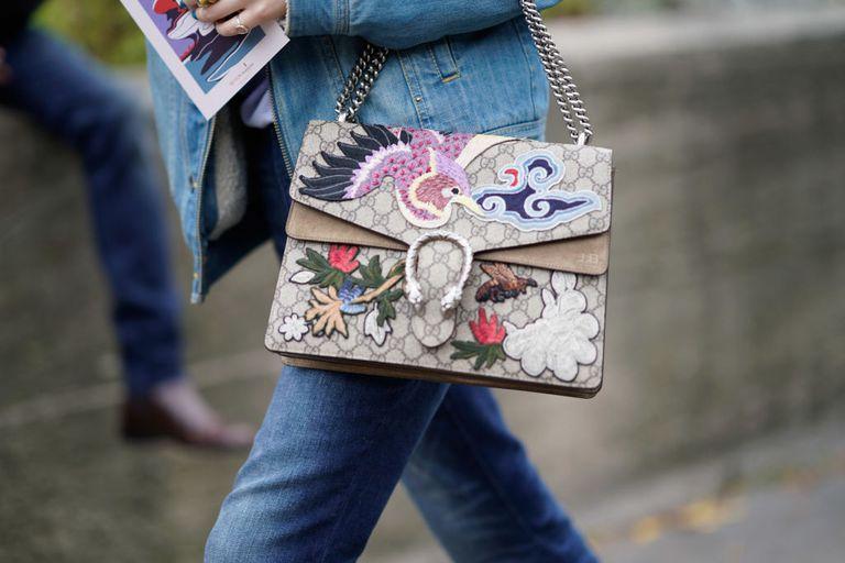Street style fashion close-up of Gucci purse