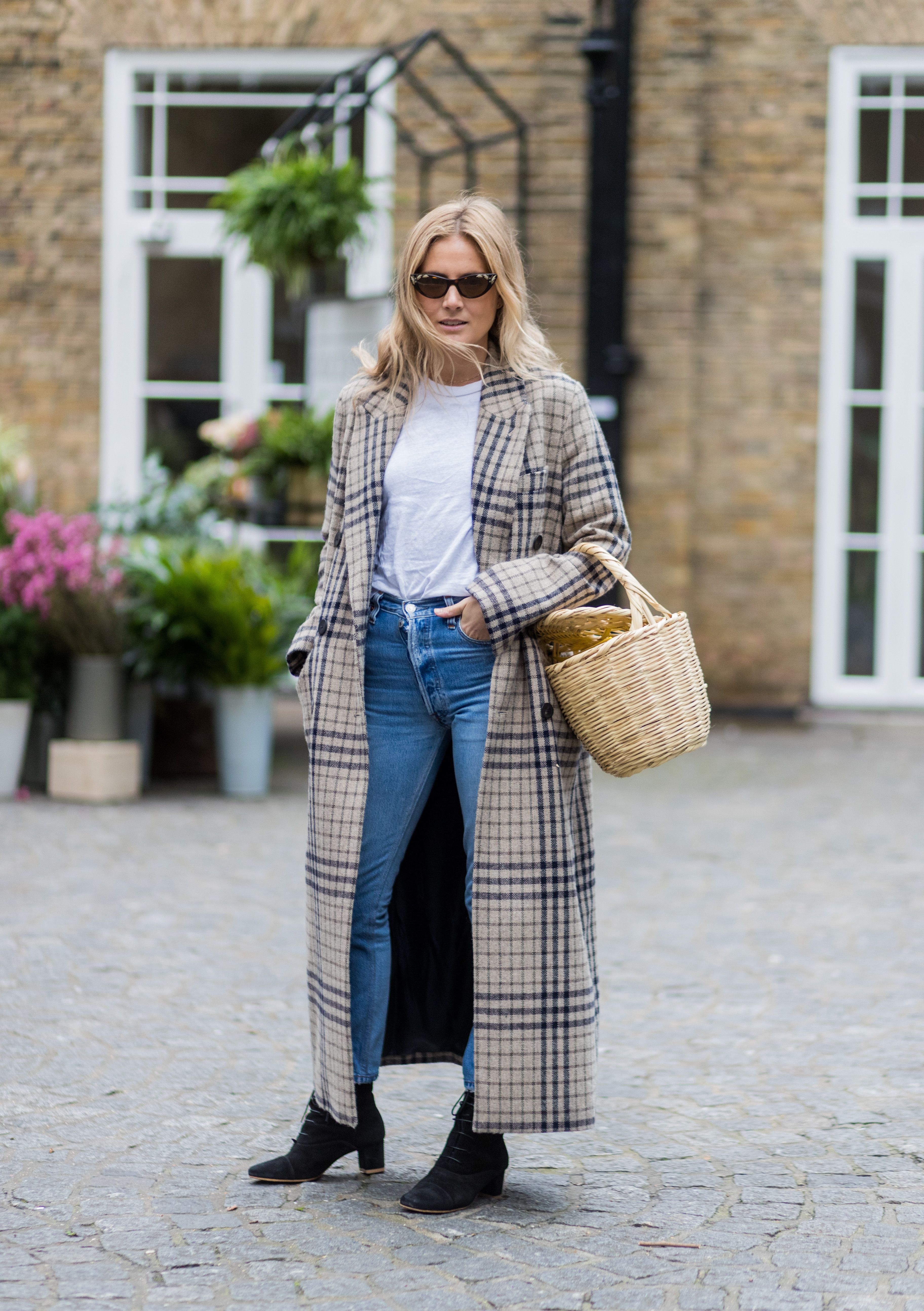 ac4961cbd50 How to Dress Up a T-Shirt and Jeans to Look More Chic