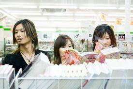 friends reading manga