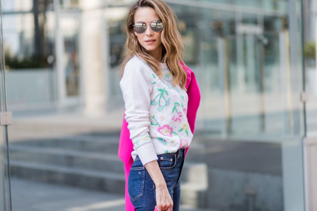 164525d26c8676 Street style in jeans and a sweater. Learn what rise of jeans will flatter  your body best.