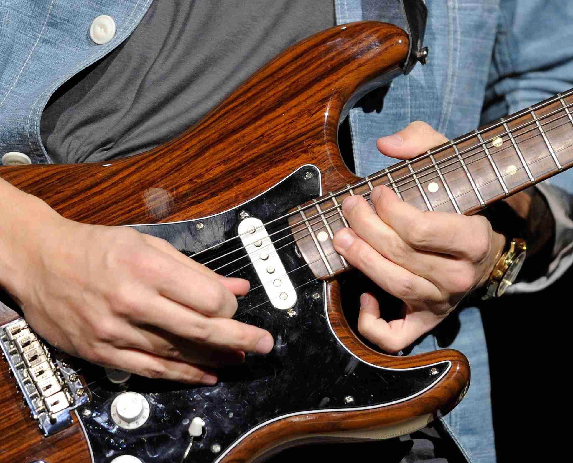 guitar-close-up-string-bend.jpg