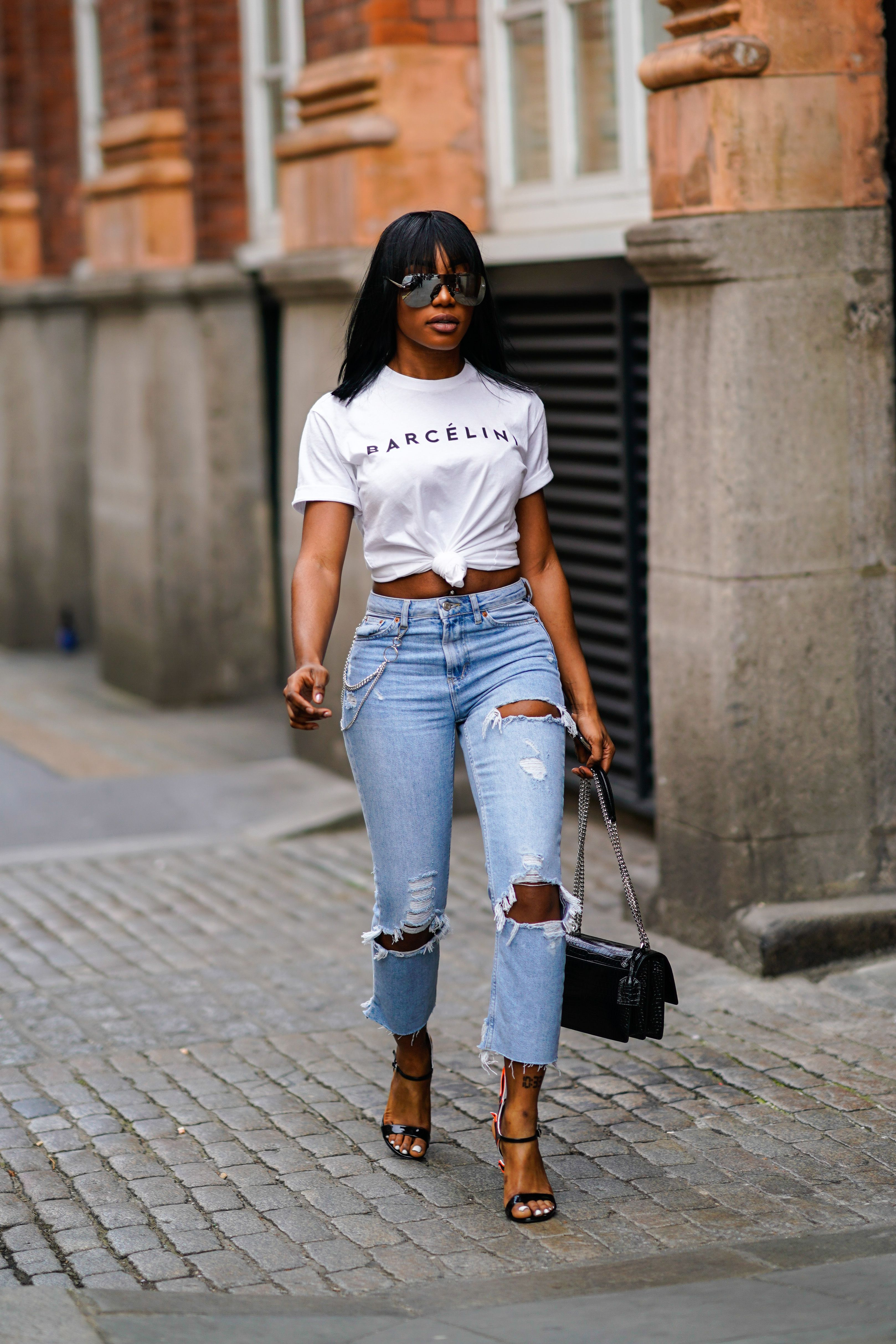 cd2eb9dd218 How to Dress Up a T-Shirt and Jeans to Look More Chic