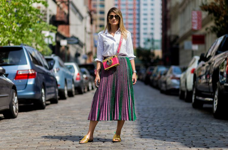efcdce42927 Street style woman wearing a pleated skirt and white blouse