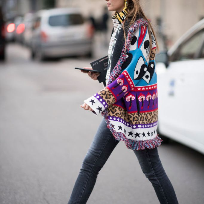 71891a81e314 Street style long printed jacket and skinny jeans