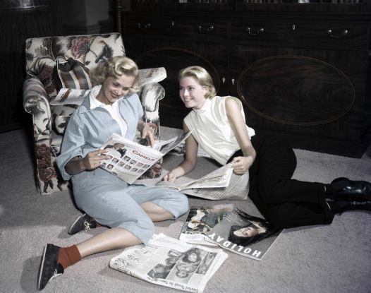 Grace-Kelly-reading-magazines-with-friend-1954-Photo-by-Gene-Lester-Getty-Images.jpg