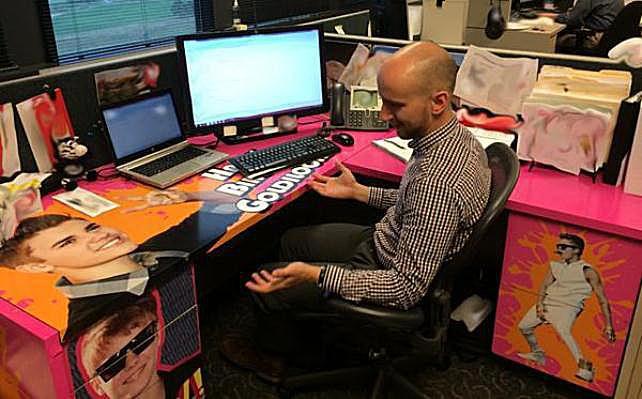 justin-bieber-desk.jpg