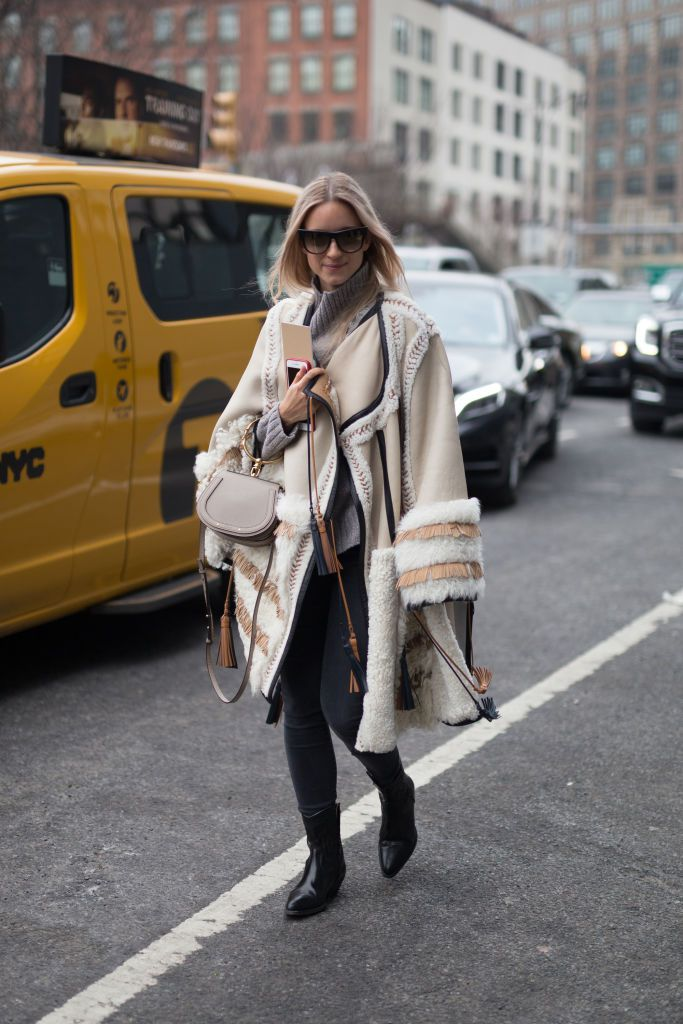 11e9e51e3d5 Street style in faux fur coat and skinny jeans
