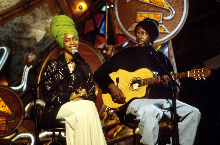Erykah Badu and Wyclef Jean perform at the 1998 Grammy Awards