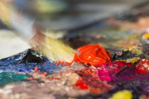 Mixing oil paints on a palette
