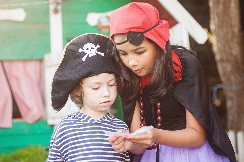 kids' treasure hunt outdoors