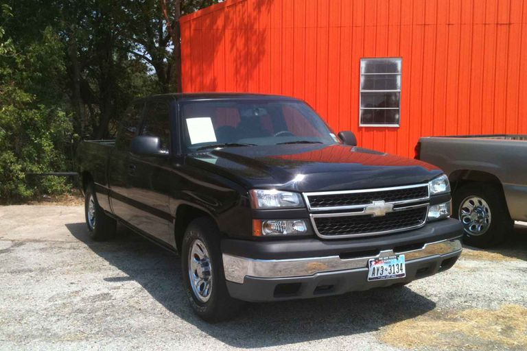 A 2007 Chevrolet C1500 pickup truck.