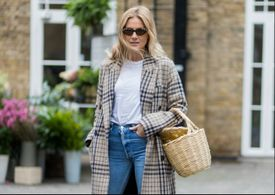 London inspired fashion outfit woman in boyfriend jeans and Burberry plaid coat