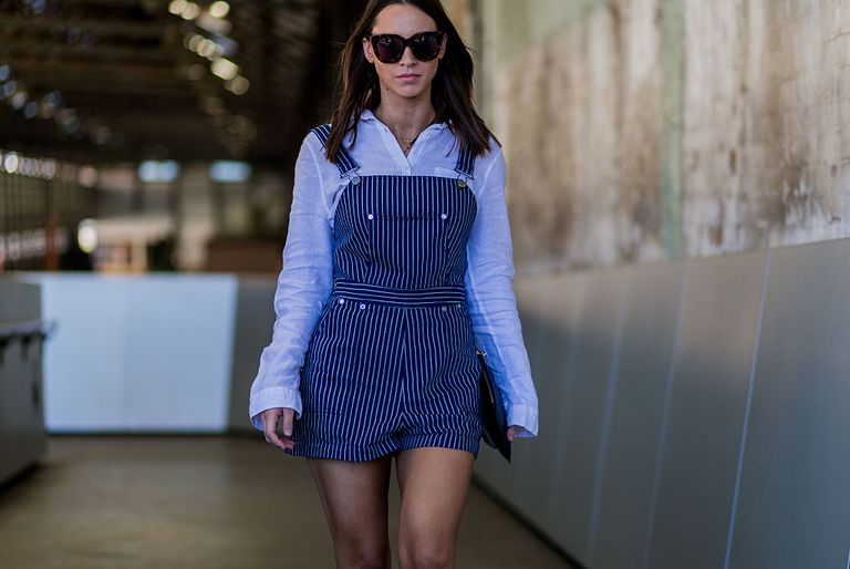 e35d292c6128 Street Style - 10 Stylish Outfits in Denim Overalls