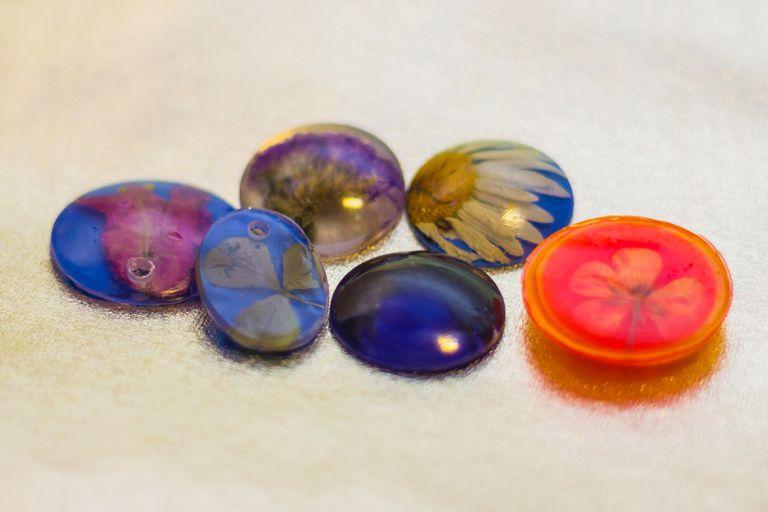 Six pendants made of epoxy resin