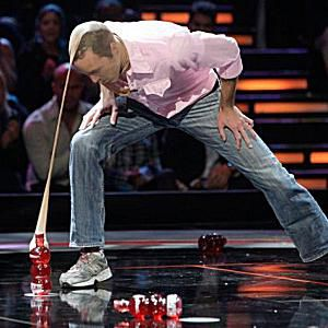A contestant plays Elephant March on Minute to Win It.