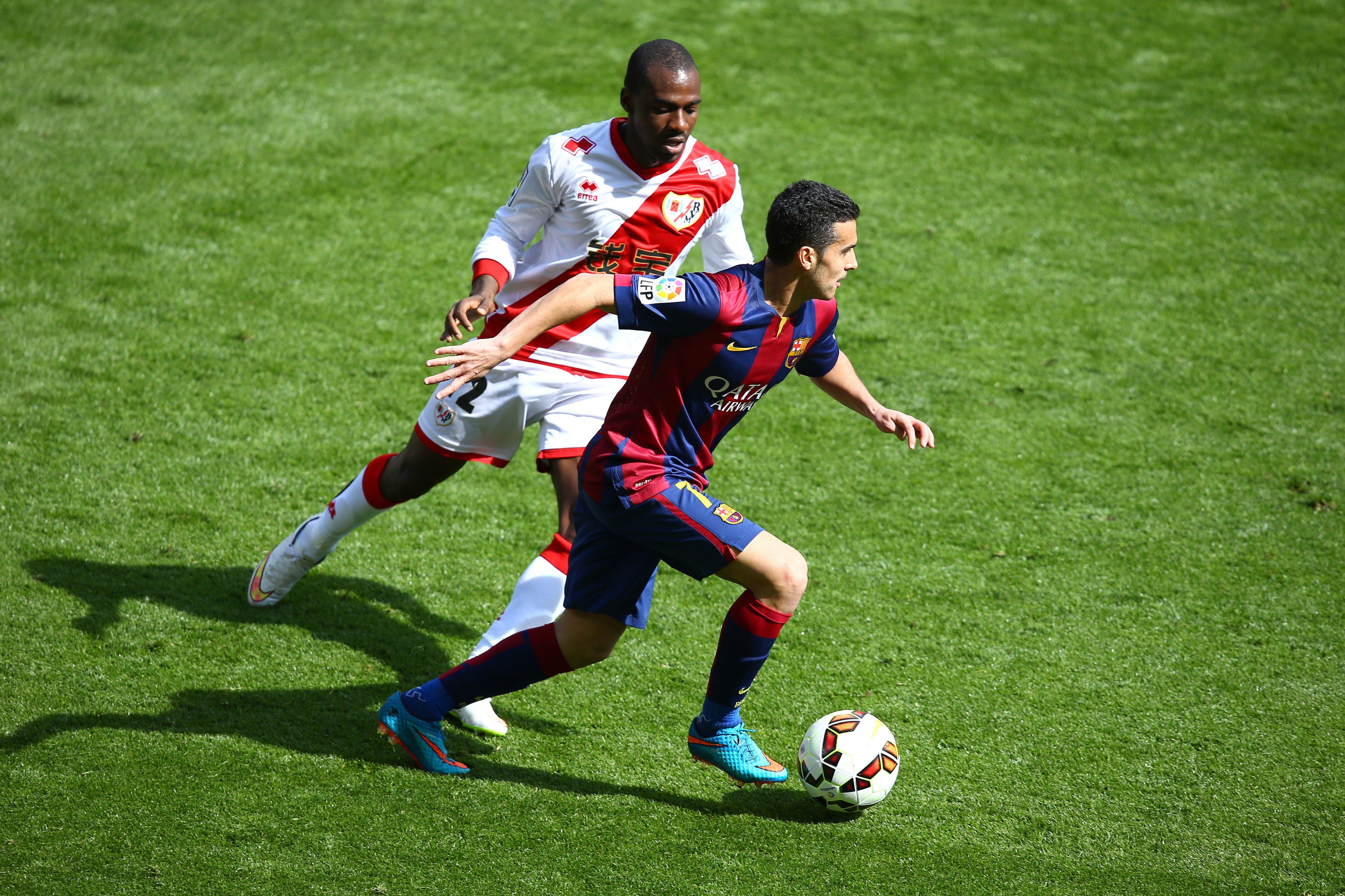 Pedro on Barcelona with ball