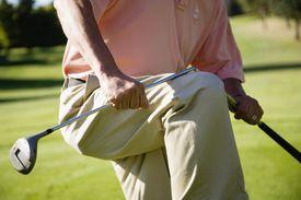 Hacker breaks golf club over his knee