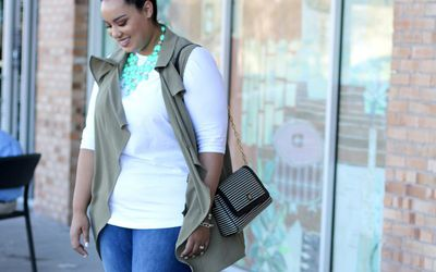32294ab1c8e51 Street style in plus size jeans and statement necklace