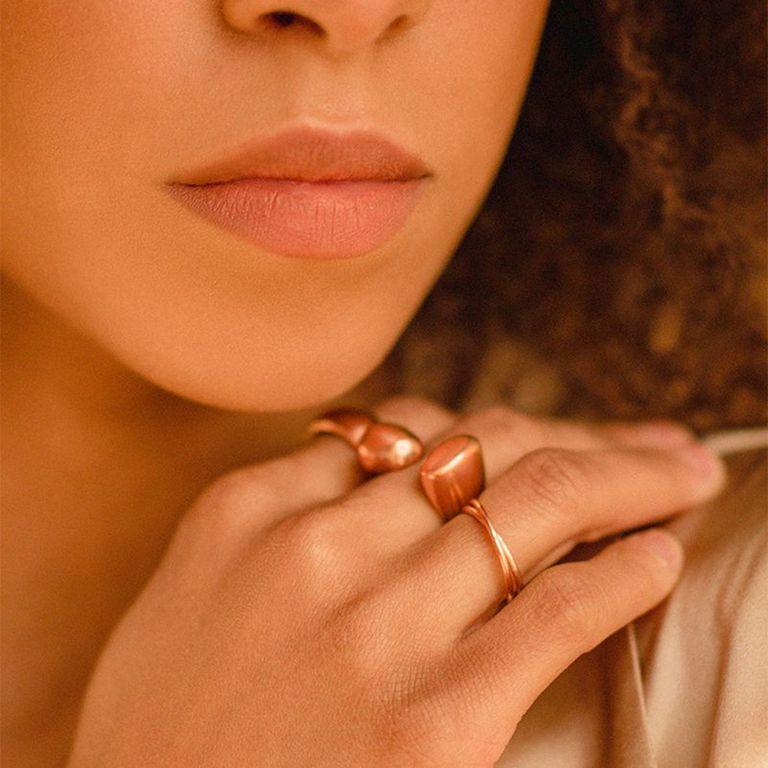 closeup mixed femme wearing rose gold rings