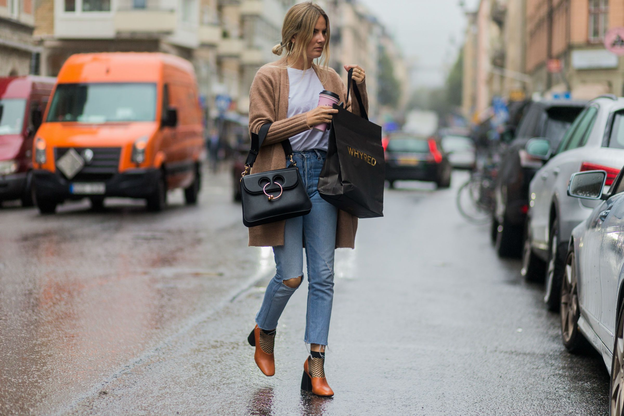 24b9756cc How to Dress Up a T-Shirt and Jeans to Look More Chic