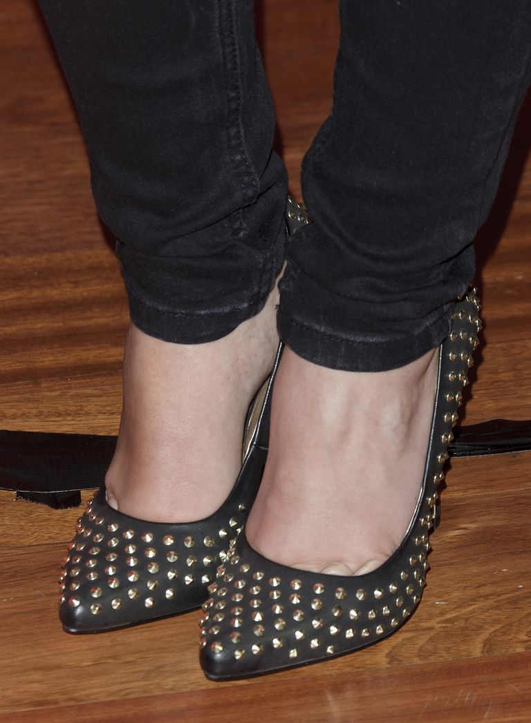 Detailed shot of Cristina Pedroche's studded black pumps, worn with dark skinny jeans.