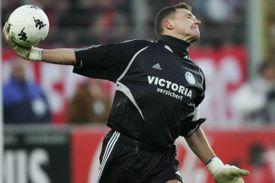goalkeeper throwing ball