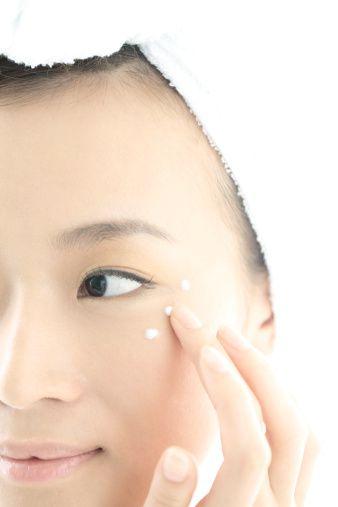 99fb51d43f6 A Japanese woman applying eye cream. Photo  RunPhoto Digital Vision (Getty)