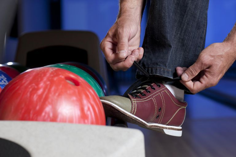USA, Arizona, Scottsdale, Man tying bowling shoe
