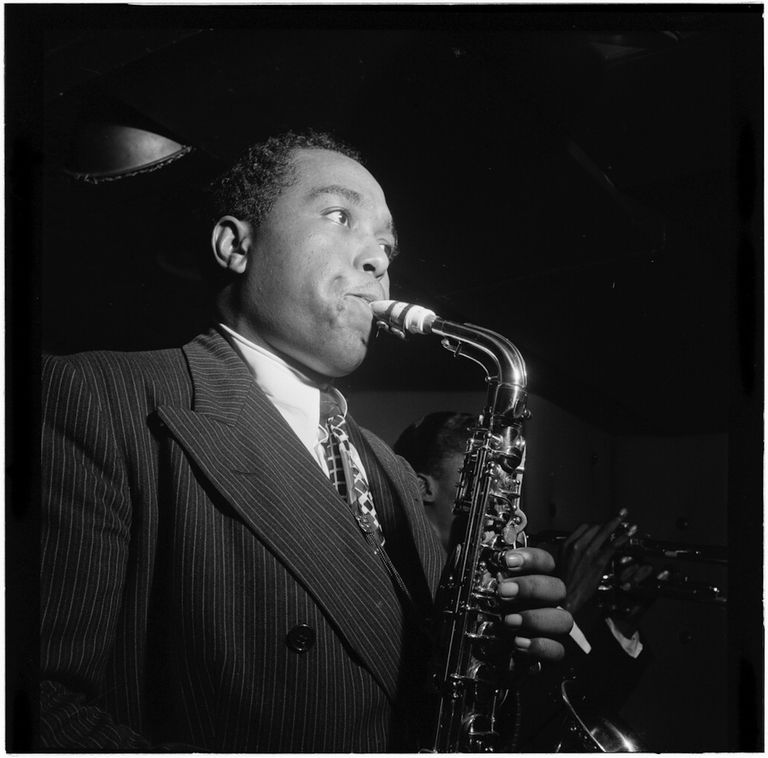 Portrait of Charlie Parker in the Three Deuces of New York (N.Y.), in August 1947. Next to him, there is Miles Davis.