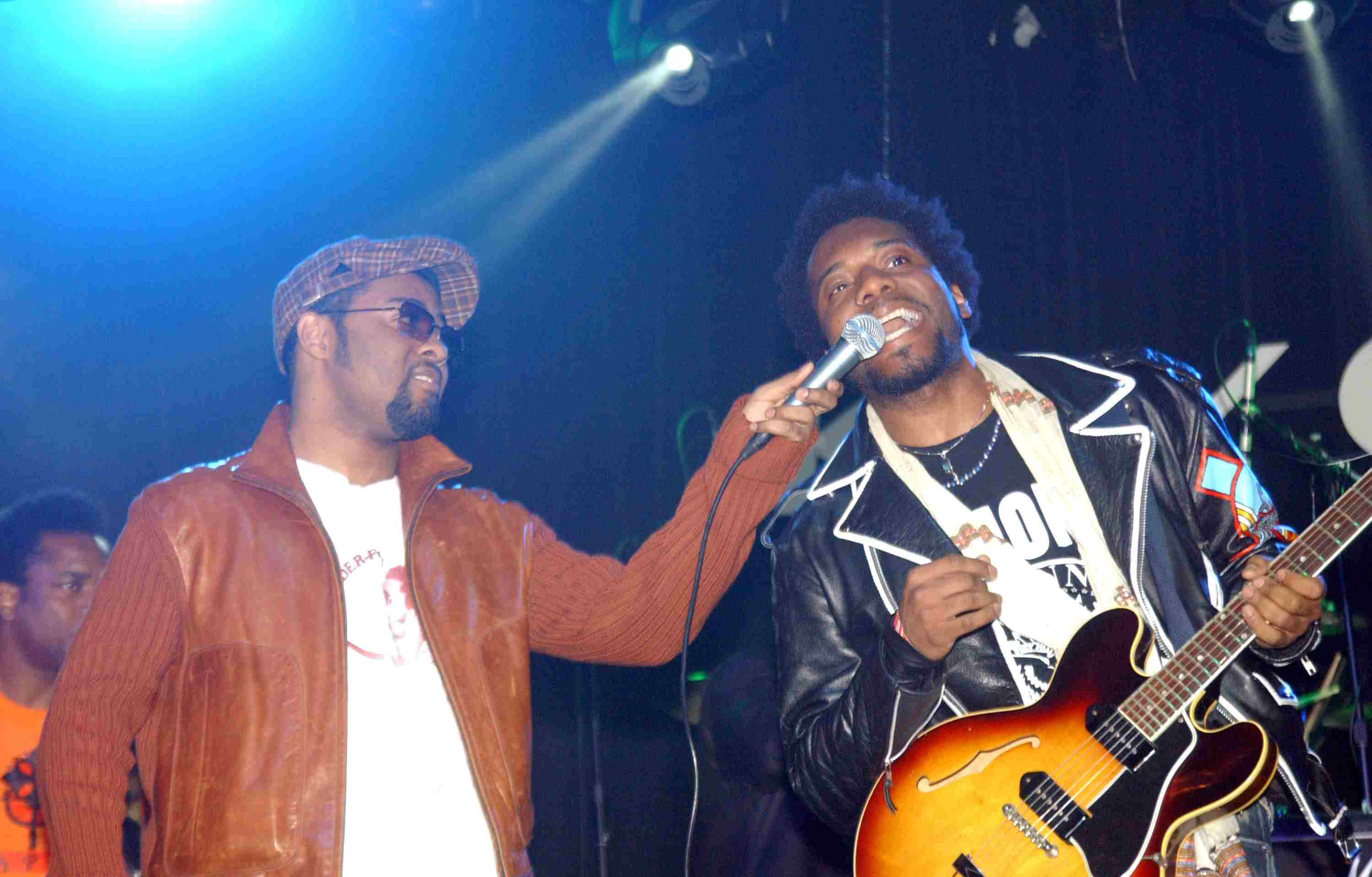 musiq performs with the roots