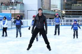 Evan Lysacek and children skating