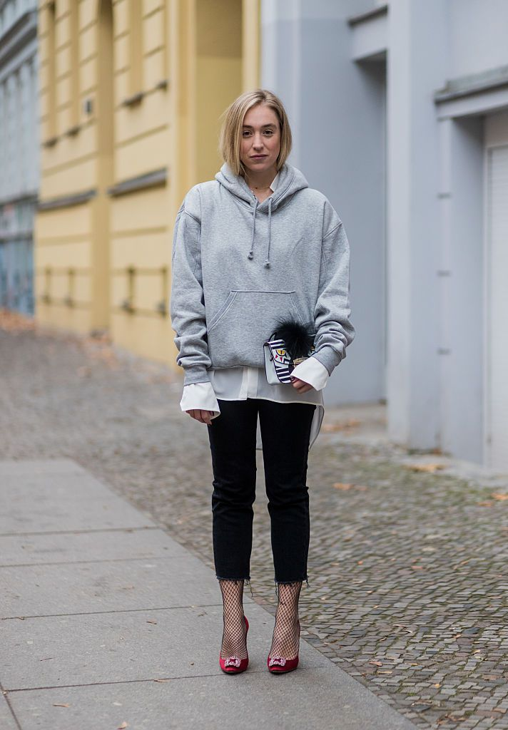 62f00803c8f Street style - grey sweatshirt and black jeans