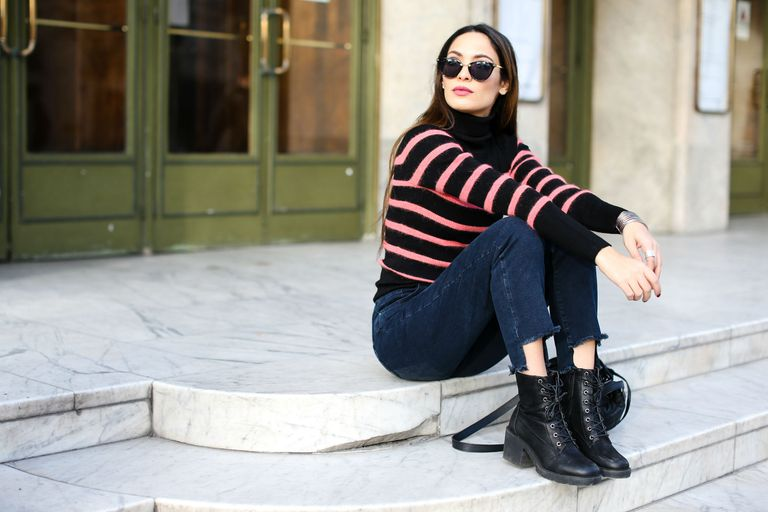 Street style woman in sweater and jeans