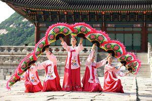 Korean folk dance in palace
