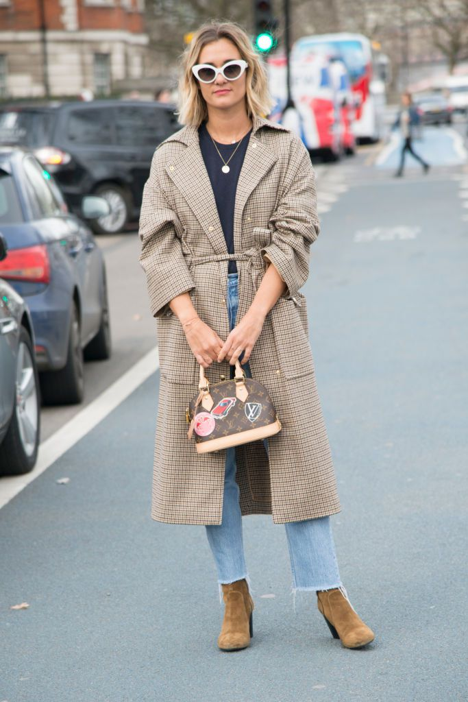 59f84fdf919 Street style in frayed hem jeans and a trench coat