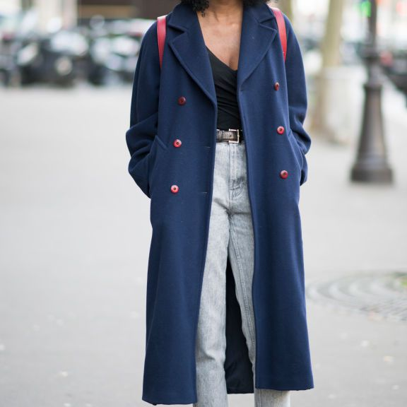 Street style in trenchcoat and cropped jeans