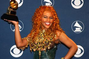 Lil Kim holding up a Grammy award during The 44th Annual Grammy Awards