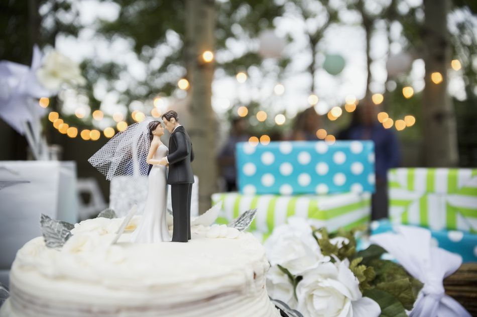 Free wedding registry gifts and bonuses bride and groom cake topper on cake solutioingenieria Images